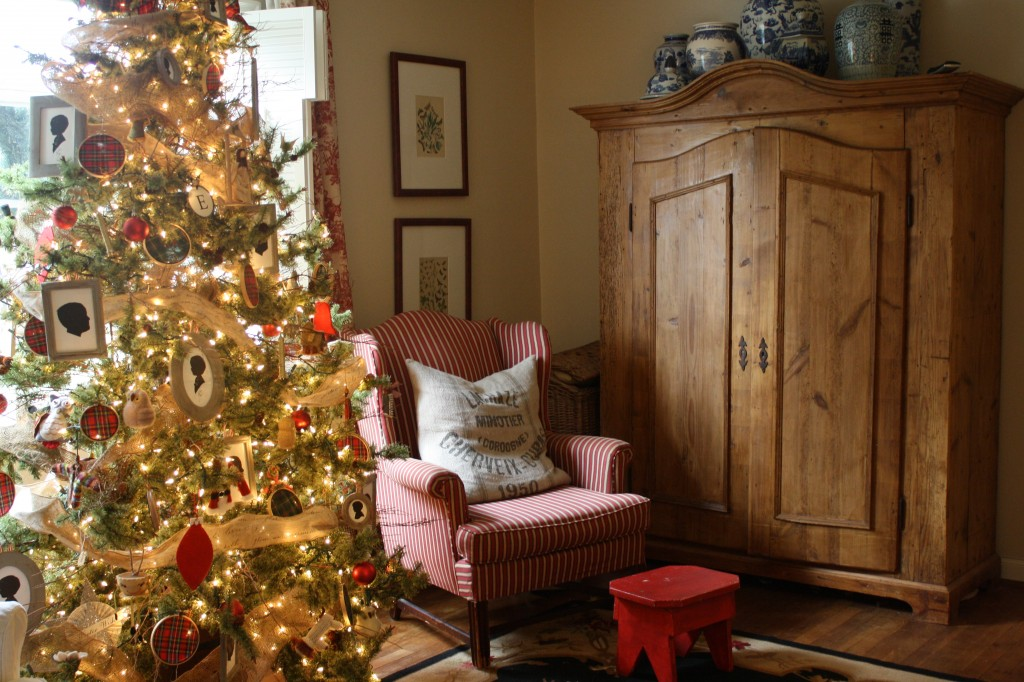Tree decorated with silhouette ornaments and tartan plaid hoops. (Photo: Holly Mathis Interiors)