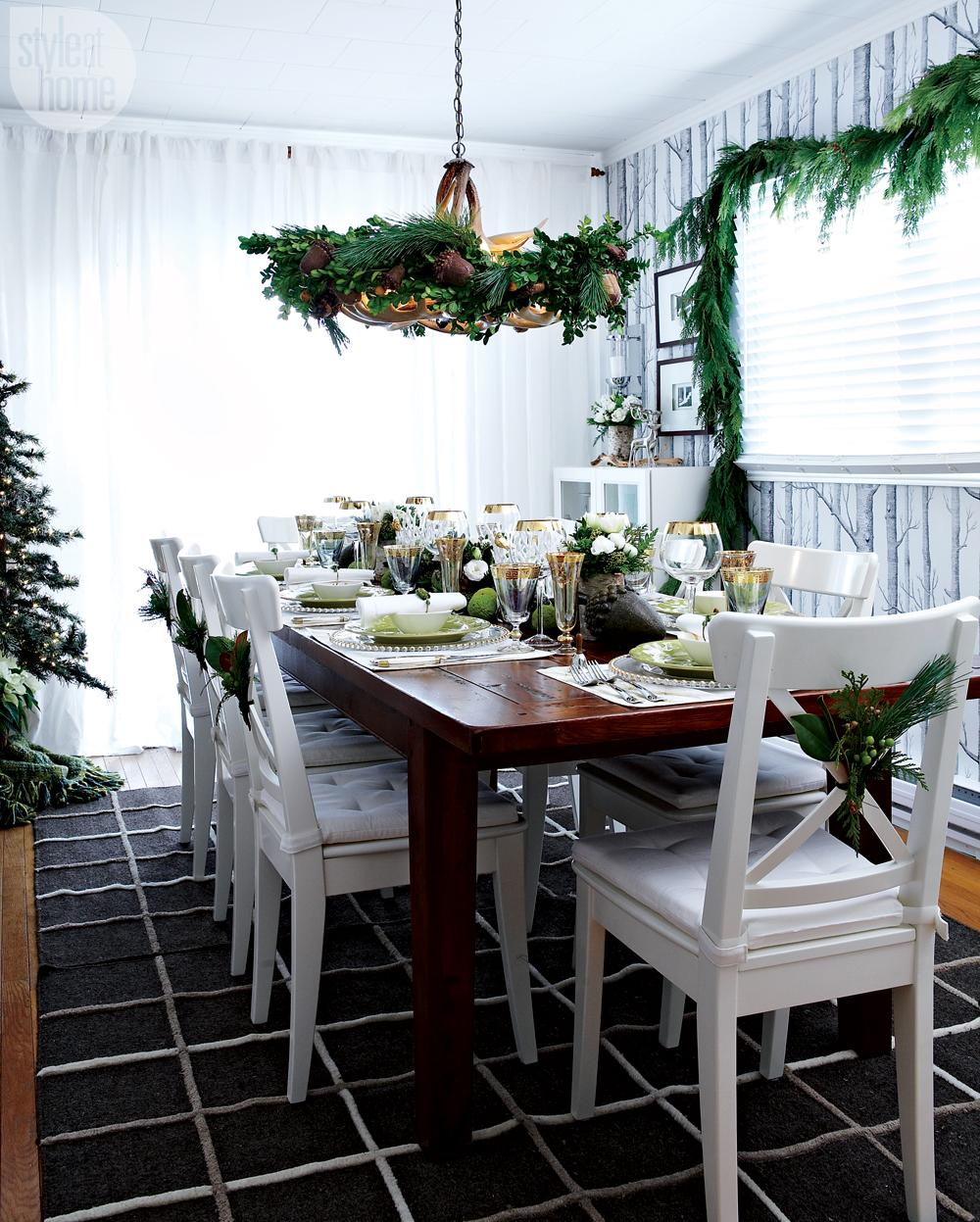 Christmas tree and garland in the dining room. (Photo: Style at Home)