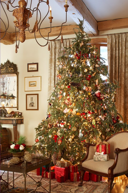 Tall, traditional tree in all its glowing Christmas glory. (Photo: Traditional Home