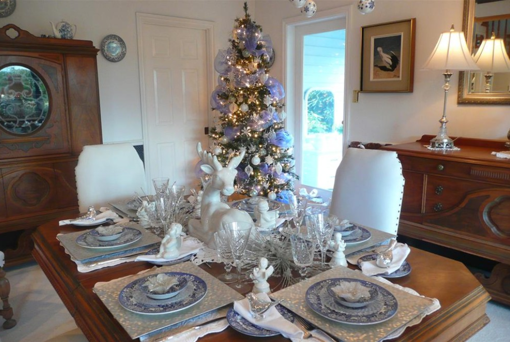 Deck the halls ... and while you're at it, the dining room, too. (Photo: Houzz)