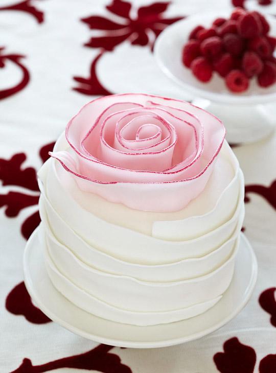 Vanilla Cake with Strawberries (Photo: Tyllie Barbosa/Traditional Home)