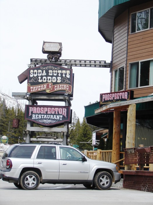 Soda Butte Lodge has food, drinks, and live poker.